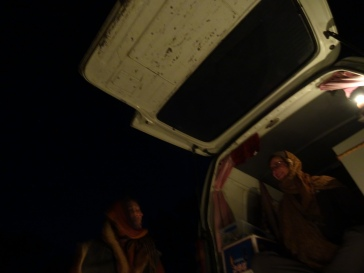 Une belle rencontre sur la route., Adrienne qui voyage avec son van (à gauche et à droite mon amie Heike). Adrienne, nous l'avons rencontrée un soir, par hasard, à un campement, il pleuvait et le lendemain elle nous a aidé et proposé de nous prendre dans son van, avec nos vélos. Nous avons partagé une journée sur la route avec elle